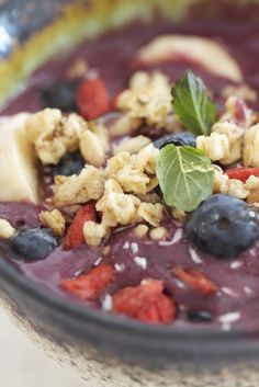 Epicurean Mom: Acai Bowl {Power Breakfast} This one blends the acai with apple juice and a banana.