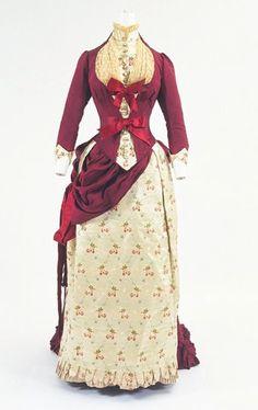 1880 Dress at the Bunka Gakuen Costume Museum, Tokyo - Found via The Ornamented… Victorian Era Fashion, 1880s Fashion, Victorian Dresses, Steampunk Fashion, Vintage Fashion, Vintage Outfits, Vintage Gowns, Vintage Hats, Retro Mode