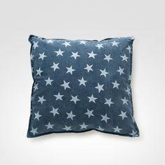 Almofada azul, com estrelas.