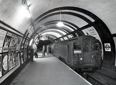 London Underground, Old Train at Aldwych underground station Old London, Vintage London, London Pride, London Underground Train, London Underground Stations, Tube Train, Highgate Cemetery, London Transport Museum, London Tours