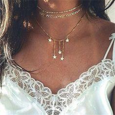 Accumulation de colliers + détail dentelle   le bon mix  bijoux   bijouxfantaisie  collierfantaisie 48e772bf035