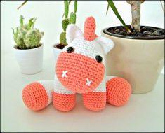 """Unicornio Bebé Amigurumi - Patrón Gratis en Español (click:""""Unicornio.pdf"""" en letras azules a la derecha de la foto del Unicornio) aquí: http://amigurumies.blogspot.de/2014/10/unicornio.html"""