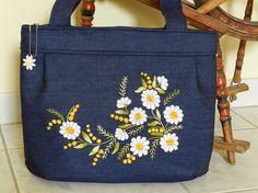 Cosí el bolso de mezclilla. La parte frontal de la bolsa con la mano embrodery, hice flores de Margarita. Cierre con cremallera y puede encontrar