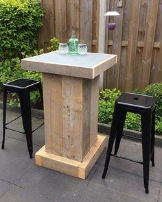 Robuuste bartafel van oud steigerhout met een blad van een antraciet tegel. Helemaal af met de retro barkrukken. #tuin #steigerhout #vanmeursverbouw  Opzoek naar maatwerk bij vanmeursverbouw.nl is het mogelijk