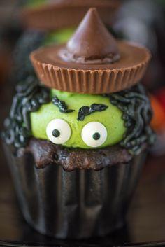 Halloween Cupcake Ideas- Witch Hat Cupcakes | @gogogogourmet