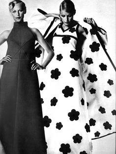 Courrèges, Vogue Paris 1974 Mary Quant aussi et Pierre Cardin même logo ? Vintage Glam, Vintage Vogue, Vintage Beauty, 1960s Fashion, High Fashion, Vintage Fashion, Gianni Versace, Twiggy, Karl Lagerfeld