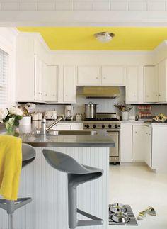 Яркий потолок в белой кухне