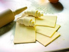 Falešné listové těsto jen ze čtyř surovin. Ušetří čas i svaly! - Babinet.cz Pesto, Dairy, Food And Drink, Treats, Cheese, Cooking, Sweet, Sweet Like Candy, Kitchen