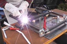 Wie man mit etwas Übung preiswert einen richtig stabilen universellen Arbeitstisch aus günstigen Stahlprofilen schweißen kann, zeigt das neue Tüfter Projekt. Der universelle Tisch lässt sich ideal als Schweißtisch, Werktisch oder Pflanztisch im Garten oder einer Werkstatt einsetzen. Schweißen lernen mit dem Elektroden Schweißgerät Wie man einen guten und stabilen Werktisch für die Werkstatt bauen […]