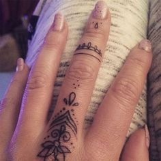 Beautiful black finger tattoo pattern by Fliquet Renouf on stained… tattoo designs – tattoo style - diy tattoo images Finger Tattoo For Women, Finger Tattoo Designs, Henna Tattoo Designs, Henna Finger Tattoo, Mehndi Tattoo, Henna Mehndi, Small Tattoo Designs, Henna Art, Mehndi Designs