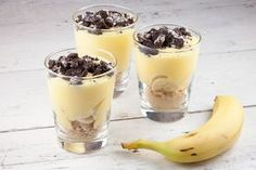 Vanilla pudding with banana and oreo cookies - ohmydish. Mason Jar Desserts, Easy Desserts, Delicious Desserts, Dessert Recipes, No Bake Coconut Cookies, Oreo Cookies, State Fair Food, Fudge Pie, Dessert In A Jar