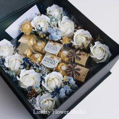 Romantic Gifts For Boyfriend, Creative Gifts For Boyfriend, Candy Bouquet Diy, Diy Bouquet, Flower Box Gift, Flower Boxes, Valentines Gift Box, Gift Wrap Box, Gift Box Design
