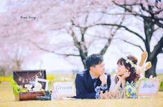 桜終わっちゃいましたが 少しだけ ご紹介笑 今回は地元が同じで 同級生さん お二人の思い出の場所を 巡る前撮りでした まずはお花見ピクニック #ウェルカムボード 用に たくさんのアイテムと一緒に #プレ花嫁 #日本中のプレ花嫁さんと繋がりたい #結婚式準備 #ドレス試着 #前撮り#ウェディングフォト#ロケーションフォト#ウェディングドレス #和装#weddingtbt
