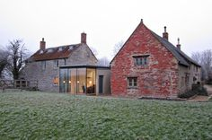 Old Farm - West Pennard, Regno Unito - 2010 - Levitate Architects Cottage Extension, House Extension Design, House Design, Glass Extension, Extension Ideas, Modern Farmhouse Exterior, Farmhouse Plans, Agricultural Buildings, New England Homes