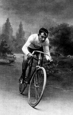 Santiago: La memoria visual de la ciudad impresa en 1.500 imágenes Vintage Cycles, Vintage Bikes, Portrait Background, Old Bicycle, Historical Images, Cycling Art, Bike Design, Garage Storage, Bike Life