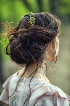 Coiffure mariage : Boho updo featuring foliage and elegantly stray locks. Fairytale Hair, Summer Wedding Hairstyles, Boho Updo, Mori Girl, Top Knot, Her Hair, Hair Inspiration, Hair Makeup, Hair Beauty