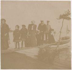 Grand Duchess Olga Nikolaevna, Anastasia Nikolaevna, Marie Nikolaevna, Empress Alexandra Feodorovna segurando a mão do Tsarevich Alexei Nikolaevich, marinheiro Derevenko e outros officers a atravessarem uma ponte de madeira em 1908.