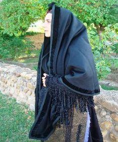 Mantilla alargada o Esclavina, de paño negro con tira de terciopelo; se usaba para asistir a la iglesia a los actos religiosos y durante el luto. Velilla de la Reina, León