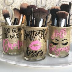 Make up brush holder Set/ Brush holder Set of Brush Holder/ Custom Brush Holder/ Personalized Make up Brush Jar - Keep your brushes clean and organized with these beautiful glittered glass make up brush holders! Diy Makeup Brush, Makeup Brushes, Diy Makeup Decor, Makeup Jars, Makeup Vanity Decor, Makeup Storage, Makeup Organization, Bache Pergola, Makeup Containers