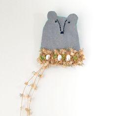 キラキラストールを巻いたくまのブローチ。グレーのレザー調の布に青いラメ糸で刺繍しました。淡水パールと薄緑色の天然石(ペリドットのさざれ石)を使用しています。少...|ハンドメイド、手作り、手仕事品の通販・販売・購入ならCreema。