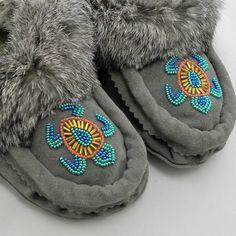 Native Beading Patterns, Beadwork Designs, Native Beadwork, Native American Beadwork, Beaded Bracelet Patterns, Indian Beadwork, Native American Crafts, Bead Patterns, Stud Earrings