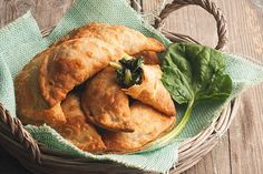Χορτοπιτάκια μυρωδάτα !!! ~ ΜΑΓΕΙΡΙΚΗ ΚΑΙ ΣΥΝΤΑΓΕΣ Greek Appetizers, Bread Recipes, Food And Drink, Turkey, Tasty, Meat, Chicken, Baking, Bakken