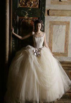 The Perfect Tuscan Wedding Dress Beautiful Gowns, Beautiful Outfits, Bridal Gowns, Wedding Gowns, Wedding Cakes, Prince Charmant, Tuscan Wedding, French Wedding, Dream Dress