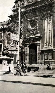 Antiguamente se llamó Plaza del Cementerio por albergar en parte el cementerio de la iglesia,en 1608 se autorizó la instalación de una cruz de piedra que se conserva en la esquina con la calle Villegas.   https://es.foursquare.com/item/507878d5e4b03470526409a9