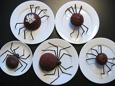 Halloween is a time to get spooky and have a little fun! Nothing is more spooky than Halloween Spiders. Create a Spooky fun Halloween month with these halloween spider treats and decorations, Halloween will never Halloween Desserts, Plat Halloween, Halloween Torte, Postres Halloween, Fun Halloween Games, Halloween Food For Party, Halloween Treats, Halloween Spider, Halloween Dinner