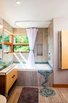 Угловой карниз для ванны: особенности выбора и 75+ функциональных и стильных решений http://happymodern.ru/karniz-dlya-uglovoj-vanny-foto/ Мозаика в отделке небольшой ванной комнаты стиля модерн