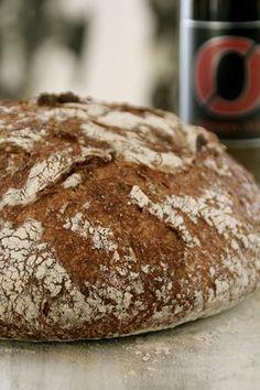 Ølbrød - eltefritt såklart - en meget smakkfullt brød som passer godt til spekemat og ost. Oppskriften finner du her på bloggen Mat på Bordet.