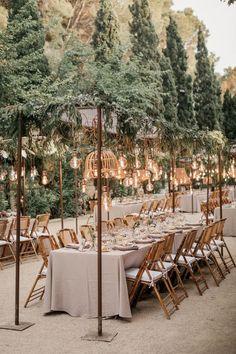 Varal de lâmpadas   Casamento iluminado é casamento ainda mais bonito e feliz! As luzinhas são tendência na decoração e aparecem em vários estilos de festa. Você gosta da ideia? Aproveite para se inspirar! Aqui, mesas comunitárias decoradas com varal de lâmpadas. #wedding #casamento #weddingdecor #decoracaodecasamento #lights #varaldelampadas #modernwedding #tablescapes #mesaposta Elegant Wedding, Perfect Wedding, Dream Wedding, Rustic Wedding, Modern Wedding Venue, Tuscan Wedding, 1920s Wedding, Boho Wedding, Summer Wedding Venues
