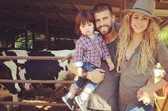 Gerard Piqué, posando con Shakira y Milan en un establo de vacas