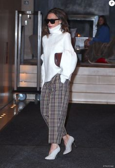 Victoria Beckham quitte l'EDITION New York à New York, toute de Victoria Beckham vêtue (pantalon et chaussures de la pré-collection automne 2017). Le 7 décembre 2016.