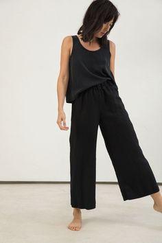 Florence Pant in Midweight Linen – Elizabeth Suzann Linen Pants Outfit, Black Linen Pants, Peter Lindbergh, Minimalist Wardrobe, Minimalist Fashion, Simple Style, Style Me, 90s Fashion, Fashion Outfits