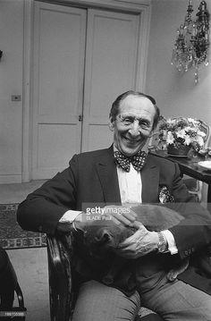 Vladimir Horowitz At Home In New York. Le pianiste Vladimir HOROWITZ avec un de ses trois chats dans son appartement de New York. Mai 1978.