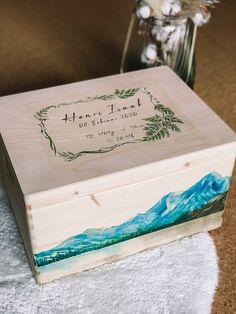 🏔️Ganz schlichte und natürlich😍 Handgemacht Erinnerungskisten aus Kiefer zur Aufbewahrung all der schönen Erinnerungstücke - Mutterpass, Ultraschallbilder, 1. Body etc. ⠀ ⠀ Gerne fertige ich dir auch eine Kiste mit deinem persönlichem Wunschdesign an. ⠀ Die individuelle Erinnerungskiste ist auch ein wunderbares Geschenk zur Geburt, Taufe, Geburtstag oder Weihnachten. ⠀ ⠀ #tritriwoodprints #erinnerungskiste #aufbewahrungskiste #individuellegeschenke #personalisiertegeschenke #handgemacht Kiefer, Tableware, Creative Gifts, Christmas, Personalized Gifts, Memories, Birthday, Dinnerware, Tablewares