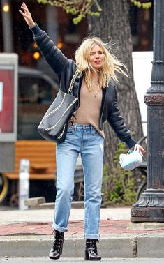 celebrity style street new york city Sienna Miller looks effortlessly chic in boyfriend jeans in NYC Estilo Sienna Miller, Sienna Miller Style, Sienna Miller Fringe, Sienna Miller Hair, New York Outfits, New York Fashion, Star Fashion, Boho Fashion, New York Winter Fashion