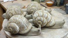 Snails -might make a cute phone stand if antennas a bit longer and she'll a bit closer/taller. Pottery Animals, Ceramic Animals, Clay Animals, Ceramic Clay, Ceramic Pottery, Clay Projects, Clay Crafts, Snail Art, Sculptures Céramiques