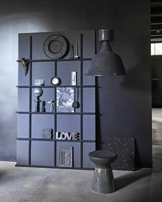 Planete deco The dark reigns as master, a little mystical, but so beautiful. Black Interior Design, Sombre, Decoration, Bookcase, Interior Decorating, New Homes, Shelves, Living Room, Gallery