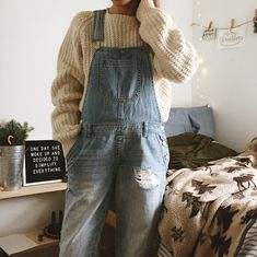 Is there anything more comfortable and cosy to wear than a thick jumper and well-worn overalls? Simple Outfits, Fall Outfits, Cute Outfits, Fall Capsule Wardrobe, Winter Wardrobe, Winter Fits, Cold Weather Outfits, Slow Living, Autumn Winter Fashion