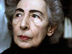 İlk Türk kadın seramik sanatçımız Füreya Koral, evinde kurduğu atölye ise Türkiye'nin ilk seramik atölyesidir. Özellikle duvar dekorasyonu, pano ve şömine üstüne çalışmalar yapmıştır.