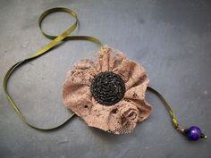 collier - Fleur & satin  Bijoux  Ruban en satin vert, perle en bois violette, fleur en dentelle marron et gros bouton recouvert de petites perles noires.