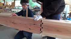 Japanese carpentry group Kobayashi Kenkou carefully demonstrates the fascinating way in which highly durable buildings are constructed with traditional methods of joining the wood with intricate cu. Japanese Wood Joints, Japanese Carpentry, Japanese Joinery, Japanese Woodworking, Diy Woodworking, Wooden Buildings, Ancient Buildings, Wood Joining, Joinery Details