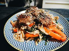 Helppoa arkiruokaa: aasialaiset lihapullat ja nuudelisalaatti