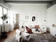 〚 Paradise Spanish-style oasis in Arizona 〛 ◾ Photos ◾Ideas◾ Design White Apartment, One Bedroom Apartment, Small Space Living, Small Spaces, Interior Design Boards, Minimalist Home Decor, Living Room With Fireplace, Living Room Interior, Living Room Designs