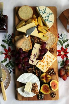 Find out how to make the perfect Christmas Cheese Board from Supper in the Suburbs Find out how to put together a Cheese Board with these simple steps. Think vehicle, something sweet, one of each of the four cheese groups plus extras! Cheese Platter How To Make A, Simple Cheese Platter, Food Platters, Cheese Platters, Meat And Cheese, Wine Cheese, Charcuterie And Cheese Board, Cheese Boards, Cheese Board Display