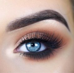 She's here to heat things up  @angelabright went for the 35O to create this gorgeous, warm, smokey eye. Honestly, we could just wear this look all season long. That blending, tho!  Way to slay, #MorpheBabe!