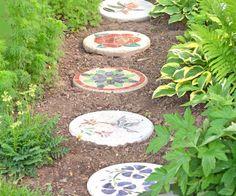 Trittsteine aus Beton mit Blumenmustern und Naturmotiven bemalt