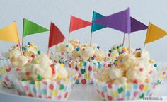 Op deze vrolijke, feestelijke popcorn ballen wil ieder kind toch wel trakteren? Super leuk om samen met je kind te maken